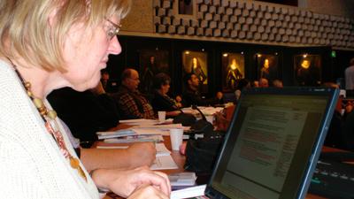 Mia van Boxtel (SP) bekijkt schriftelijke vragen.