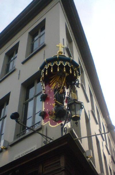 Mariabeeld in gevel