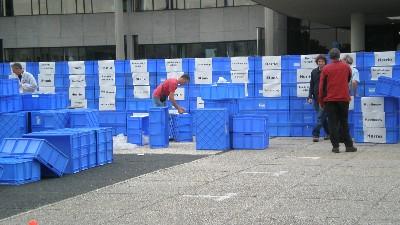 Actie van Milieudefensie vor Provinciehuis.