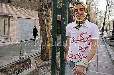 Jongen in Teheran met hoofddoek op Internationale Vrouwendag.